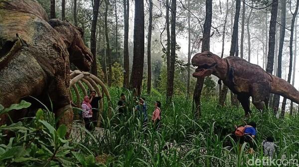 Begini kehadiran dinosaurus. Bukan adegan film di Jurassic Park,dinosaurus itu adalah atraksi di Mojosemi Forest Park, Magetan.(Foto: Sugeng Harianto/detikcom)