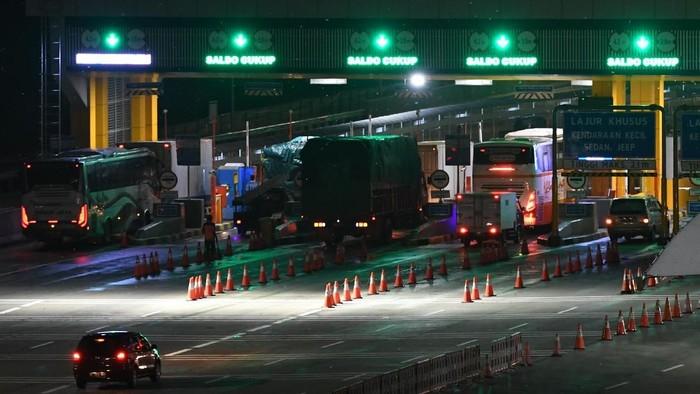 Foto udara sejumlah kendaraan bermotor melintas di Gerbang Tol (GT) Cikampek Utama, Karawang, Jawa Barat, Senin (23/12/2019). Memasuki H-2 Natal 2019, arus kendaraan bermotor terpantau lancar di gerbang tol tersebut pada Senin sore hingga malam. Sementara itu, sepanjang 20-22 Desember 2019 PT Jasa Marga (Persero) Tbk mencatat sudah 521.739 kendaraan meninggalkan Jakarta menuju wilayah Timur, Barat, dan Selatan Pulau Jawa. ANTARA FOTO/Aditya Pradana Putra/aww.   *** Local Caption ***