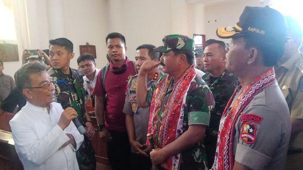 Panglima TNI dan Kapolri mengecek beberapa gereja di Manado.