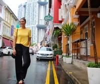 Gaya santai Stephanie di China Town, Singapura (Instagram/itsstephrice) (Instagram/itsstephrice)