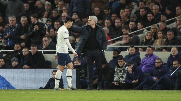 Son Heung Min terkena kartu merah langsung dalam laga lawan Chelsea.