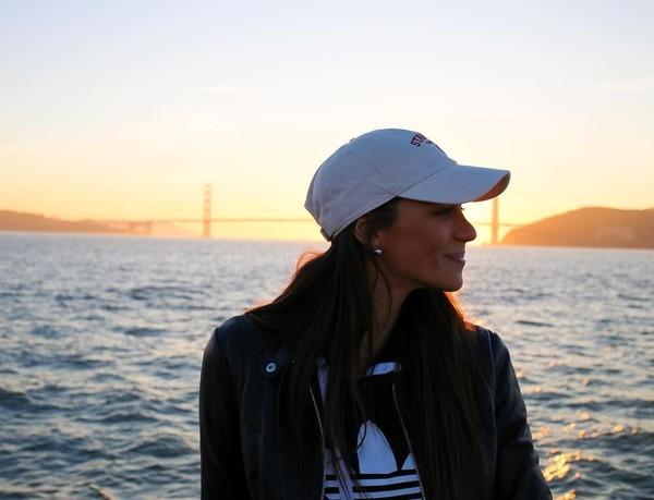 Stephanie saat menikmati senja di Jembatan Golden Gate Bridge, Amerika Serikat (Instagram/itsstephrice) (Instagram/itsstephrice)