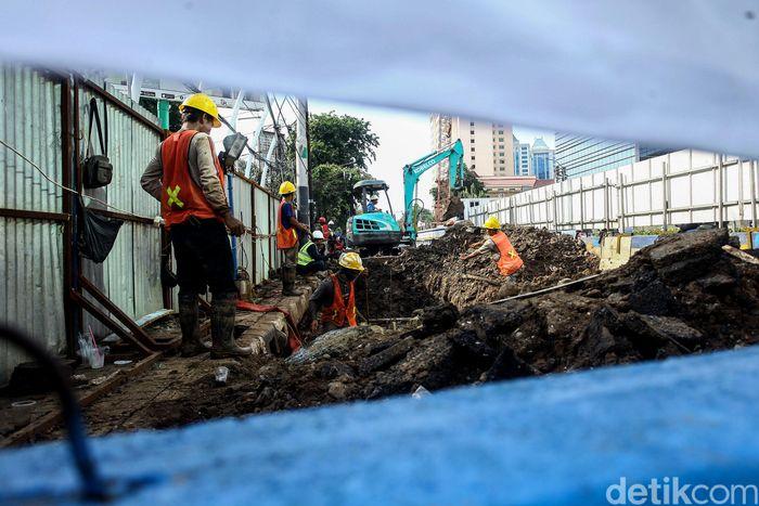 Sejumlah pekerja tengah menyelesaikan pengerjaan proyek Underpass Senen Extension, Jakarta, Senin (23/12/2019).