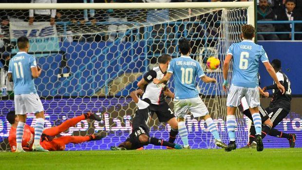 Proses gol pertama Lazio ke gawang Juventus. (