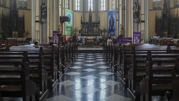 Bergeser ke Lapangan Banteng, ada Gereja Katedral Jakarta yang diresmikan tahun 1901. Punya gaya Neo-klasik bak gereja di Eropa, Katedral kerap menjadi simbol toleransi (ANTARA FOTO/Galih Pradipta)