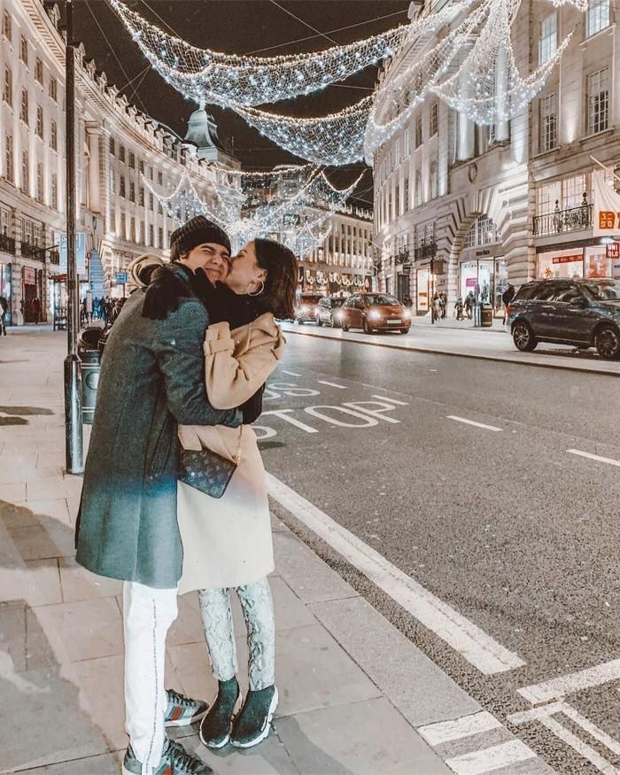 Sempat memutuskan berpisah beberapa waktu lalu, Al dan Alyssa memutuskan untuk kembali bersama. Lewat akun Instagram mereka berdua, pasangan ini sering bagikan momen romantis mereka saat kulineran bersama. Foto: Instagram @alyssadaguise dan @alghazali7