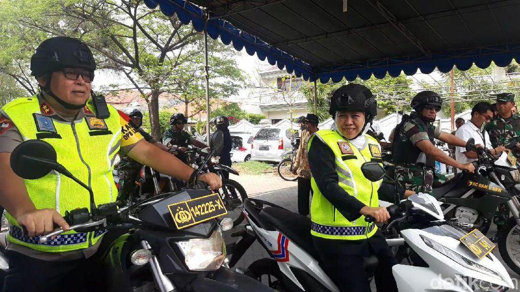 Gubernur Jatim Khofifah Tinjau Keamanan Gereja Pakai Motor Matic