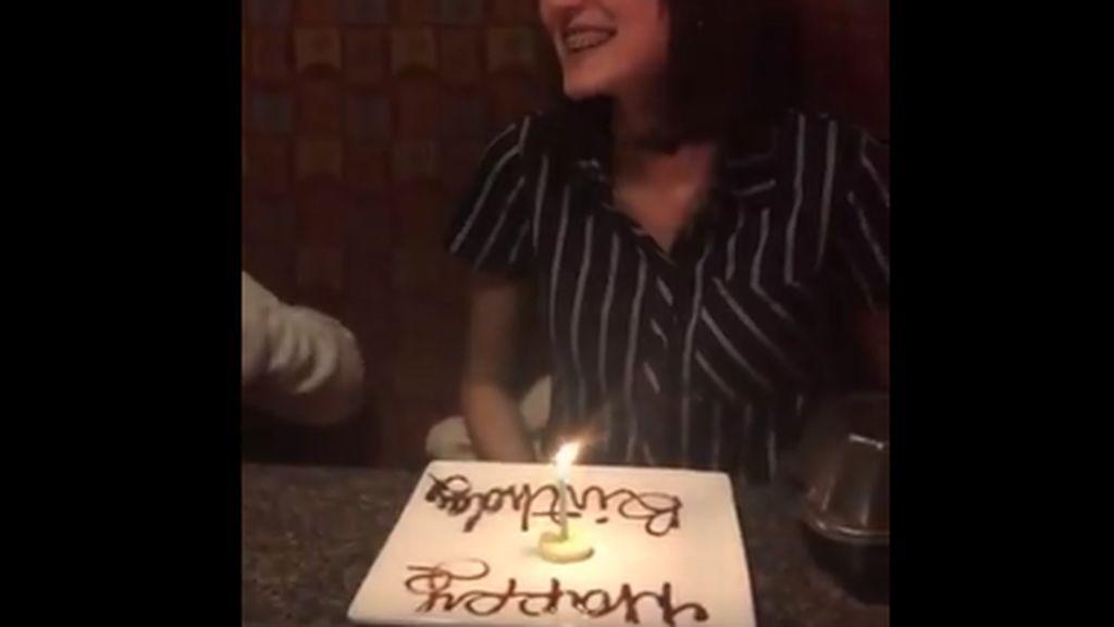 Kue Ultah Wanita Vegan Ini Berupa Irisan Pisang dan Lilin