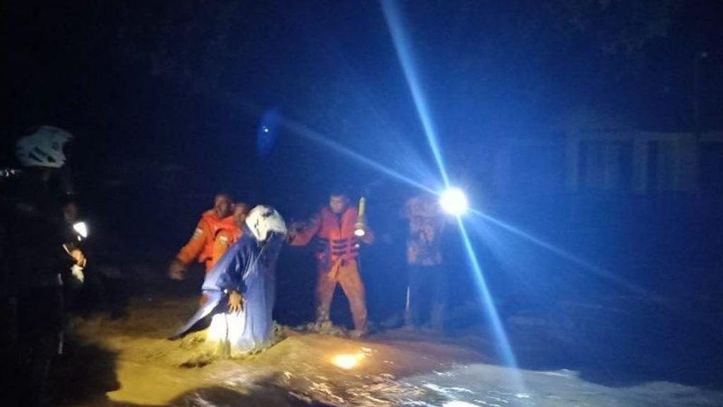 Tim Basarnas Sisir Lokasi Banjir Wasior Papua Barat