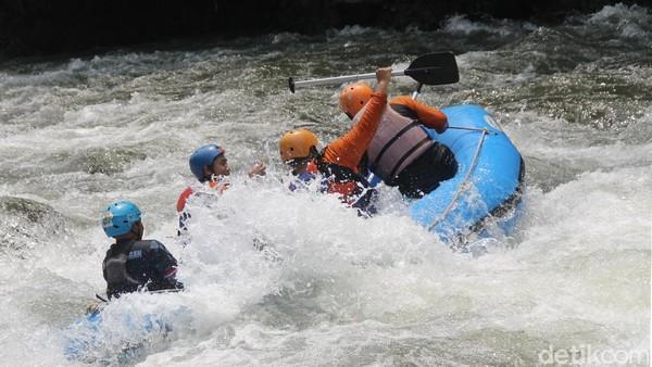 Adrenalin dijamin akan terpompa maksimal. Tak jarang kita akan terjatuh ke dalam sungai. (Robby Bernardi/detikcom)