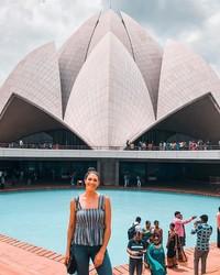 Dirinya juga suka traveling ke India, ini gayanya di Lotus Temple, Delhi (Instagram/itsstephrice) (Instagram/itsstephrice)