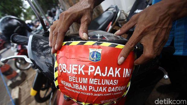 Razia pajak kendaraan bermotor terus digalakkan di DKI Jakarta. Kali ini belasan sepeda yang terparkir IRTI Monas diketahui menunggak pajak.