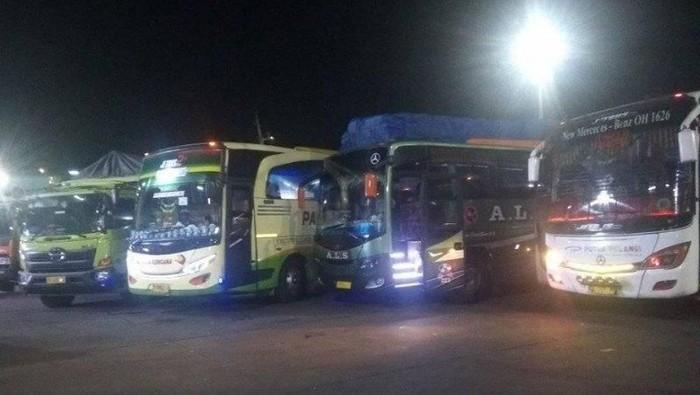 ANTARA FOTO/ Bus di Pelabuhan Merak, Senin (23/12/2019) malam