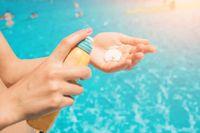 Sunscreen untuk melindungi wajah dari sinar ultraviolet.