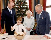 Intip Momen Pangeran George Bikin Christmas Pudding Bareng Ratu Elizabeth