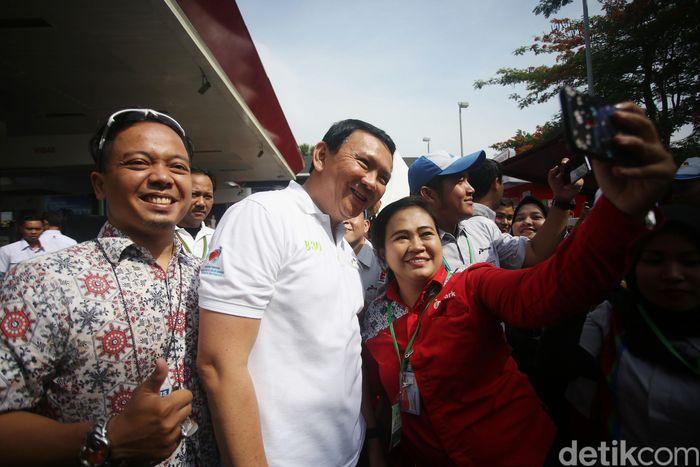 Komisaris Utama Pertamina Basuki Tjahaja Purnama (Ahok) menjadi rebutan foto bersama pegawai SPBU Pertamina di Jalan MT Haryono, Jakarta Selatan, Senin (23/12/2019).
