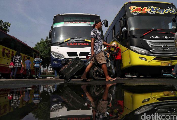 Sejumlah warga mendatangi Terminal Tanjung Priok, Jakarta, untuk mudik maupun berlibur di akhir tahun, Selasa (24/12/2019).