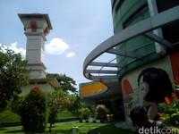 Anda yang sedang menikmati perjalanan Liburan Natal dan Tahun Baru, dari arah Semarang menuju ke Surabaya, silakan singgah sebentar di Kabupaten Kudus. Sempatkan mampir ke salah satu destinasi wisatanya, yakni Tugu Identitas (Foto: Akrom Hazami/detikcom)