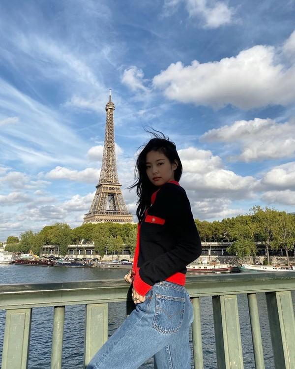 Jennie BLACKPINK juga terlihat sering memposting momen dirinya mengunjungi Menara Eiffel. Salah satunya, dalam foto yang ia unggah di instagram pada Oktober lalu, ia tampak santai mengenakan jaket dan jeans sembari berpose di seberang menara itu. (Foto: instagram @jennierubyjane)