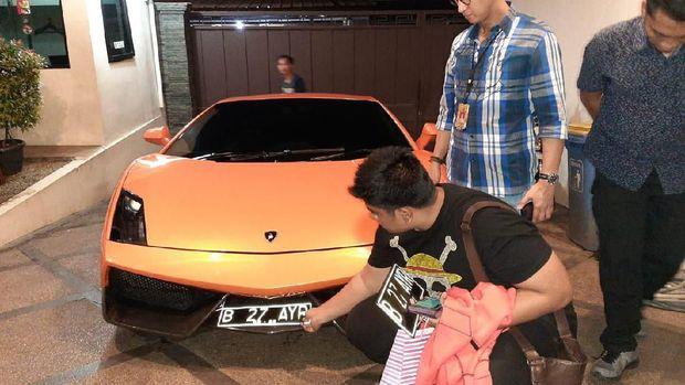 Terpopuler: Mobil Ceper Gasruk di Tol Layang Japek, Aksi Koboi Lamborghini