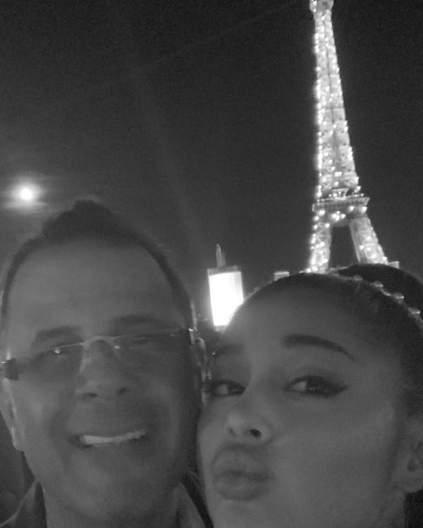 Dalam potret monokrom, Ariana Grande membagikan momen manisnya bersama sang ayah, Ed Butera di depan Menara Eiffel. (Foto: instagram @arianagrande)