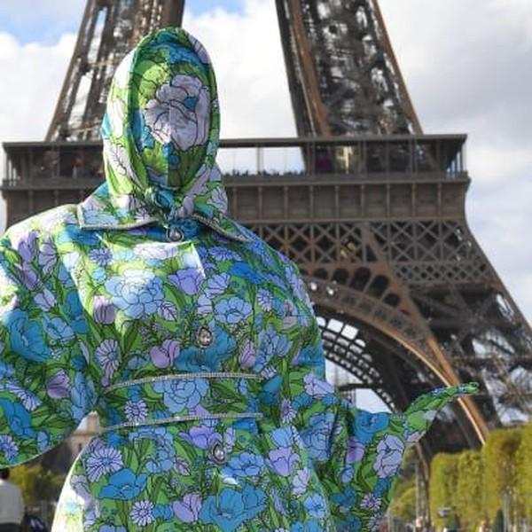 Potret unik lainnya datang dari rapper Cardi B. menggunakan kostum unik bertema bunga yang menutup seluruh tubuh sampai mukanya juga! (CNN)