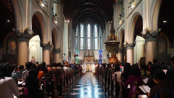 Suasana Misa Natal di Gereja Katedral, Jakarta Pusat, Selasa (24/12/2019). Perayaan Natal pada tahun ini bertema hiduplah sebagai sahabat bagi semua orang. ANTARA FOTO/Akbar Nugroho Gumay/foc.