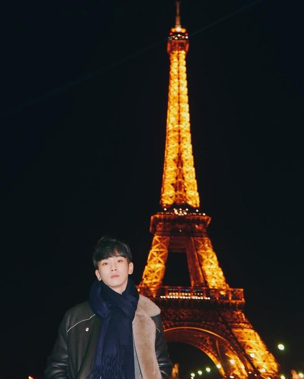 Penyanyi asal Korea Selatan juga gemar mengabadikan kunjungan mereka ke Menara Eiffel. Salah satunya Key yang merupakan anggota grup SHINee. Dinginnya udara Paris tak menghalanginya untuk mendapatkan potret indah Eiffel yang penuh cahaya di malam hari. (Foto: instagram @bumkeyk)