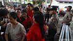 Polisi Bersiaga di Gereja Katedral Jelang Misa Natal