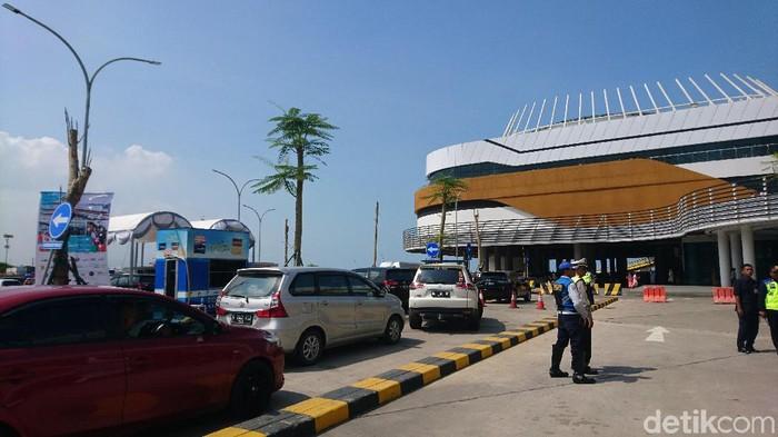 H-1 Natal 2019 dermaga eksekutif Pelabuhan Merak dipadati mobil pribadi. Antrean kendaraan mencapai pintu masuk dermaga.
