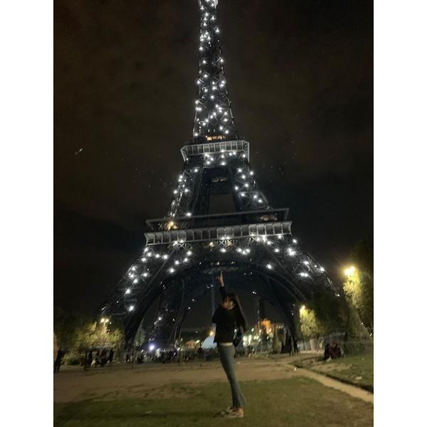 Keindahan Menara Eiffel di malam hari juga berhasil diabadikan Irene dari grup Red Velvet. Ia tampak bahagia berfoto dengan latar Menara Eiffel yang dipenuhi kerlap-kerlip lampu. (Foto: instagram @renebaebae)