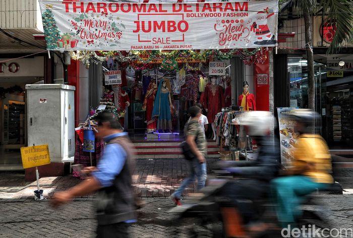 Sejumlah toko nampak menawarkan beragam diskon dan promo menarik bagi para pengunjung di kawasan Pasar Baru, Jakarta, Selasa (24/12/2019).