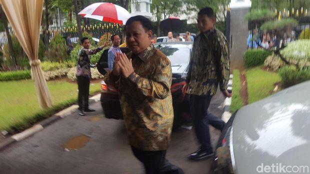 Menhan Prabowo Subianto menghadiri open house Natal di rumah dinas Menko Kemaritiman dan Investasi Luhut Pandjaitan.