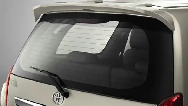 Defogger fitur anti embun di kaca mobil. Foto: dok. Auto2000