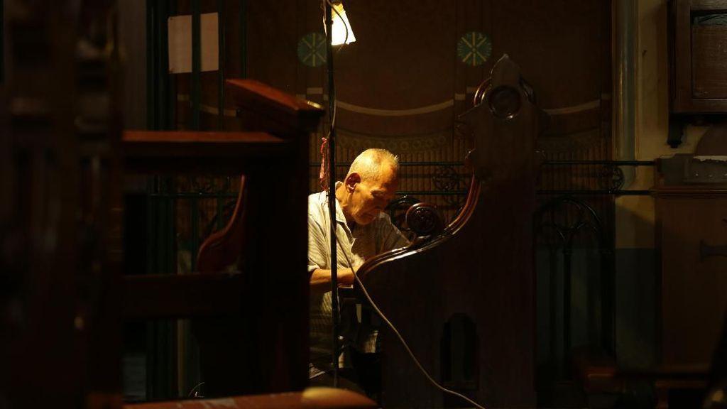 Kursi Rotan Tua Katedral dan Kisah Toleransi Pak Samin