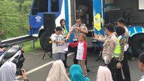 Polisi Hibur Pengemudi yang Tertahan One Way di Exit Tol Ciawi dengan Musik