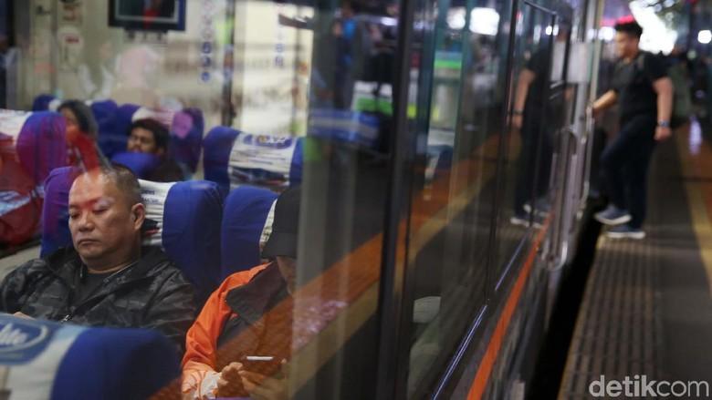 Kereta api menjadi armada yang digunakan warga untuk mengisi libur Natal dan Tahun Baru ke kampung halaman. Seperti yang terlihat di Stasiun Gambir, Jakarta.
