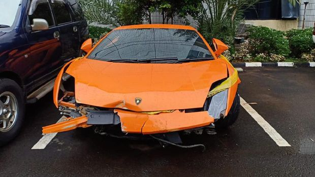 Lamborghini warna oranye milik Abdul Malik.