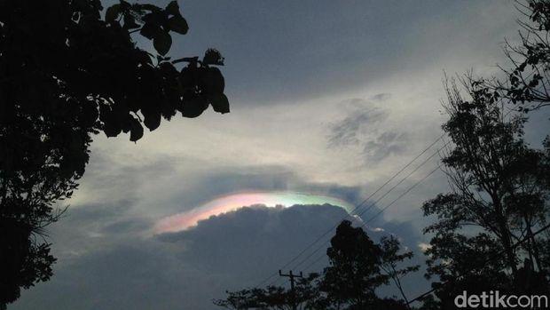 Fenomena Cahaya Warna Warni di Langit Ciamis Berhasil Diabadikan