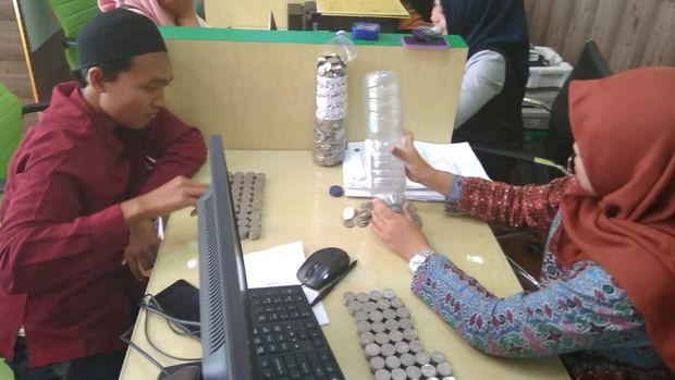 Daftar Haji, Pemuda Ini 10 Tahun Menabung Uang Receh di Botol Bekas