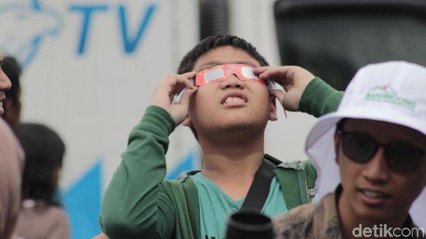 Warga Bandung Antusias Amati Gerhana Matahari Cincin di Lembang