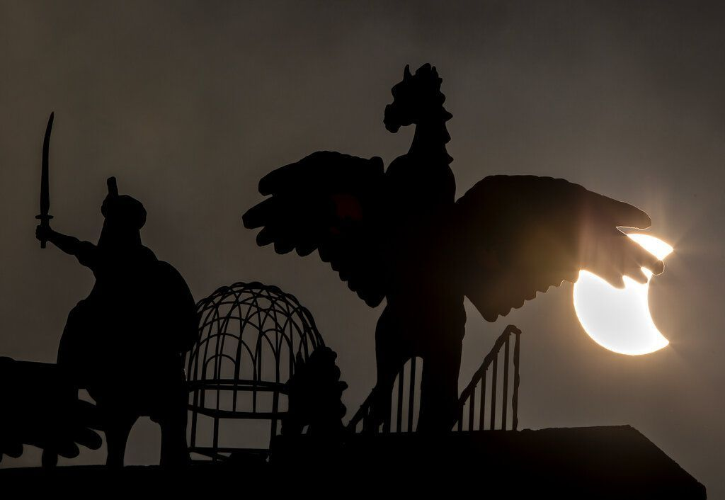 Penampakan Gerhana Matahari di Pakistan. Foto: AP Photo/B.K. Bangash