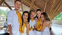 Selain diving, Kissa juga menempuh pendidikan sekolah Yoga di Bali dan berhasil lulus bersama dengan teman-temannya. (Instagram/@coyotelovesyou)