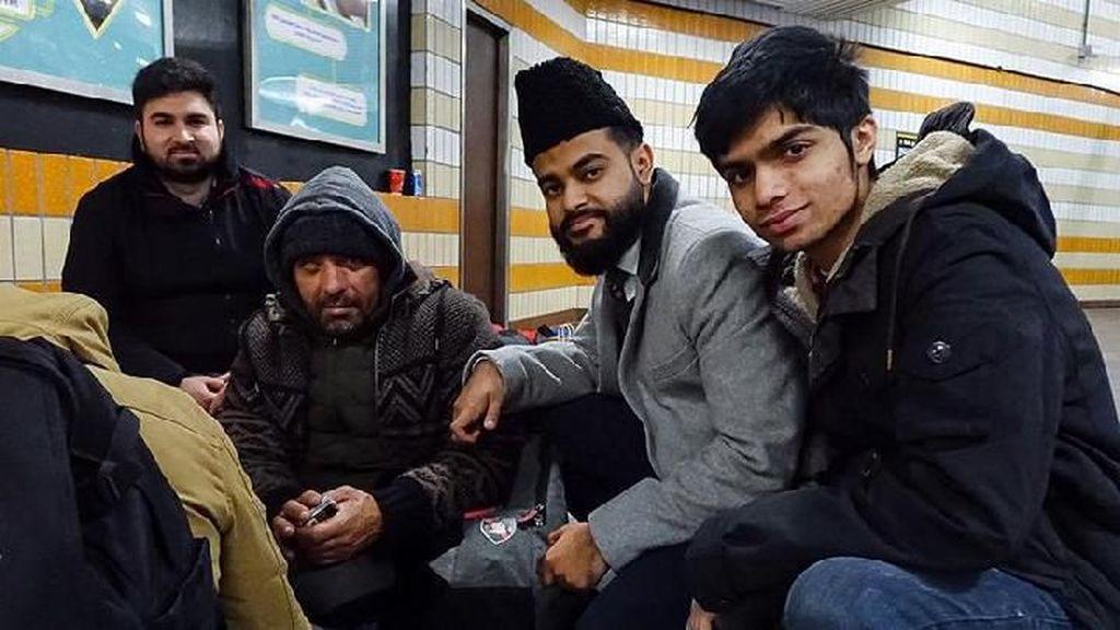 Salut! 5 Kisah Umat Muslim Bagikan Makanan Gratis pada Umat Kristiani di Hari Natal