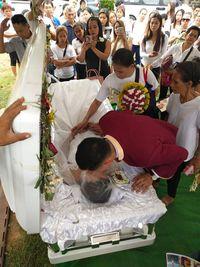 Kisah Sedih Pria 'Menikah' di Altar Bersama Jenazah Sang Tunangan