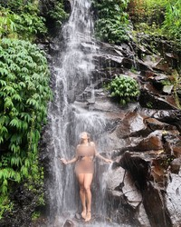 Tak cuma diving, Kissa juga menikmati waktu liburannya dengan main air di air terjun cantik yang ada di Ubud. (Instagram/@coyotelovesyou)
