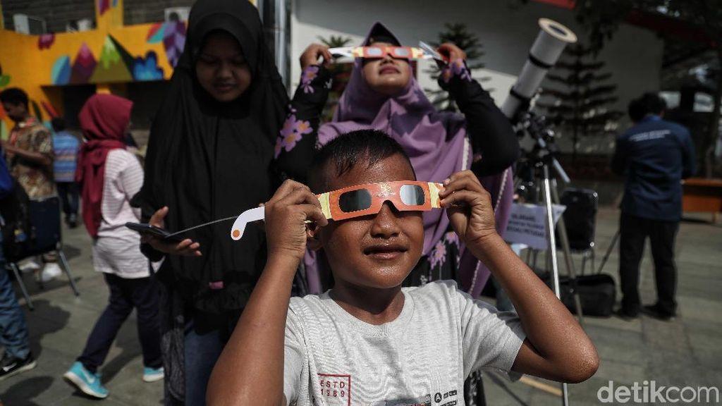 Antusias Anak-anak di Jakarta Melihat Gerhana Matahari Cincin