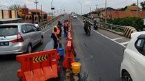 Sambut Tahun Baru, Kemenhub Bersihkan Pembatas Jalan di Bumiayu
