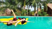 Bersama teman-temannya, Kissa juga seru-seruan di kolam renang. Kissa liburan ke Bali dalam rangka detoks dari alkohol dan obat-obatan terlarang. (Instagram/@coyotelovesyou)