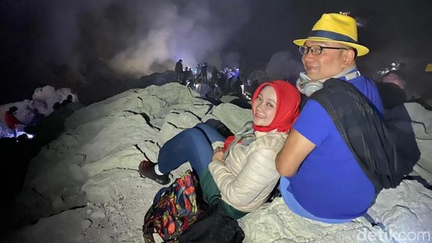 Ridwan Kamil bersama istri di Kawah Ijen